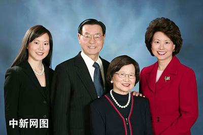这是赵小兰(右一)被任命为劳工部长之后与其父(赵锡成博士)母(赵朱木兰女士)妹妹安吉拉・赵