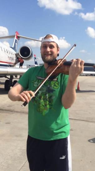 男子携带小提琴登机遭拒绝,随后在停机坪上演奏以示抗议航空公司的做法。