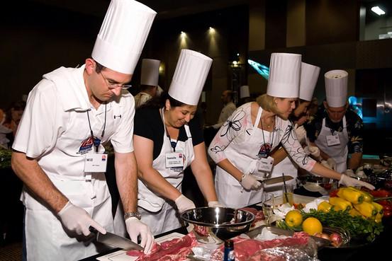 大家来做菜|做菜而没有食谱迫使团队成员在忙碌中学会相互适应。