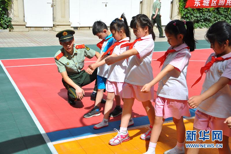 小学生_边防官兵组织小学生进行队列训练.叶进伟