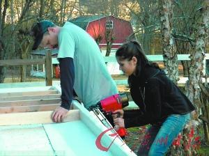 """美国女孩建小木屋纪念亡父 一年半完成""""壮举"""""""