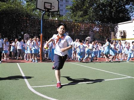 初中v初中期间,一名小学生在中学冲刺.陈丽莎摄的王江丽11第体育重庆市全力图片