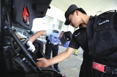 白庙收费站,民警逐一查车。京华时报记者蒲东峰摄