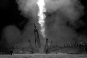 """据俄新社29日消息,俄罗斯联邦航天署发言人表示,搭载新考察组成员从拜科努尔航天发射场发射升空的""""联盟TMA-13M""""号载人飞船已与国际空间站实现自动对接。"""