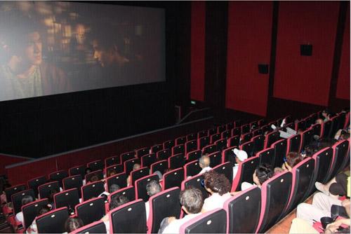 观看_观众兴致勃勃地观看经典电影