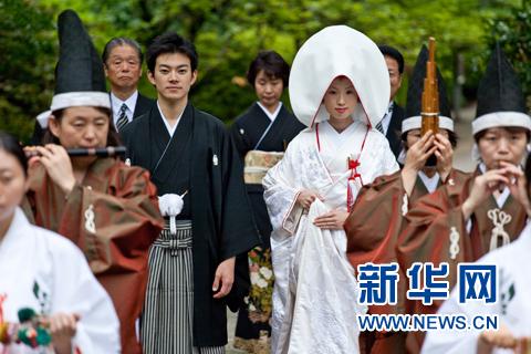 """在神社举行注册新宝GG神前婚礼,新娘身着传统婚礼和服""""白无垢"""""""