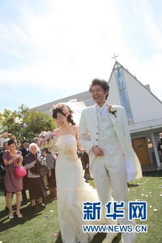 相比婚前注册新宝GG婚纱摄影,日本更重视婚礼现场注册新宝GG拍摄。(新华社记者 杨汀)