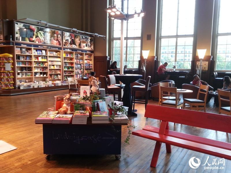 书店的一角是咖啡店.乘客可以一边喝咖啡,看书,一边等车.图片