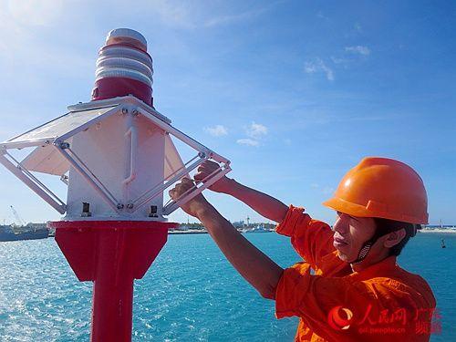 5月23日,西沙航标处工作人员安装北斗一体化灯器。海事部门供图
