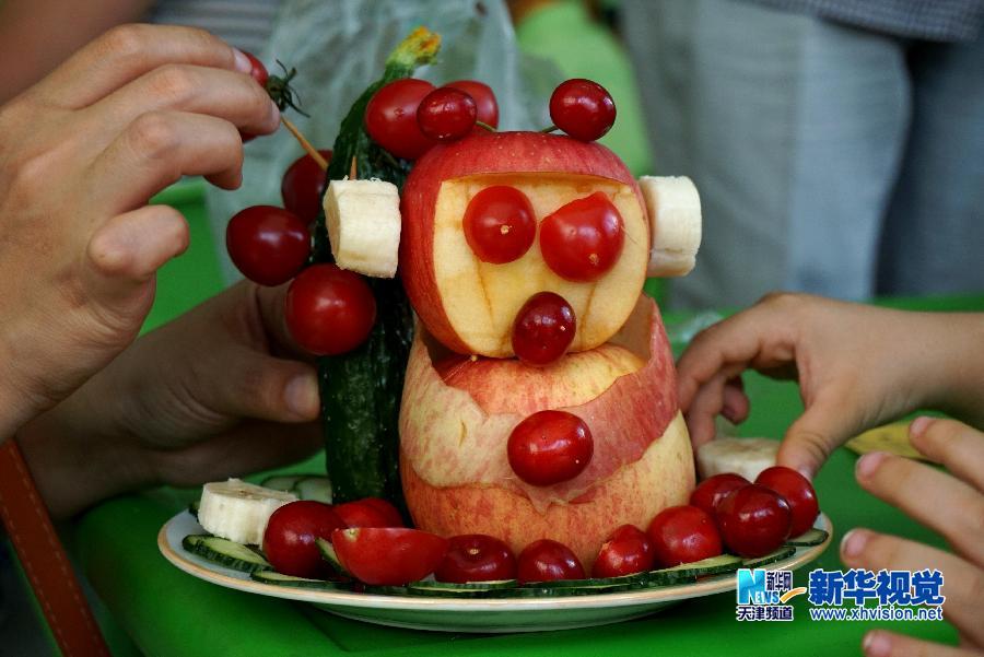 5月28日,宁河县第一幼儿园的小朋友制作的卡通猴水果拼盘。   新华网天津频道5月31日电 5月28日,在宁河县第一幼儿园,小朋友们和家长一起动手制作各具特色的水果拼盘,喜迎六一国际儿童节。(任丽华)
