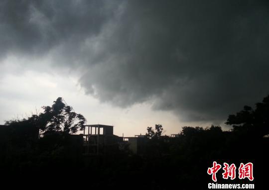 在暴雨来临前,江西省上饶市余干县城突然狂风大作,黑云压城、白昼如夜。 刘占昆 摄
