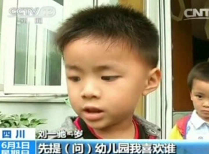 童言无忌!女孩心仪4岁失恋央视采访男孩:他被女生坐seosemppc图片