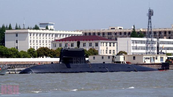 原文配图:最新曝光的039B改进型潜艇,注意其围壳顶部的三条白线。