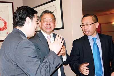 冯伟杰日前出席国际领袖基金会活动时,与中央瀑布市市长寒暄。(美国《星岛日报》/菊子摄 档案照片)