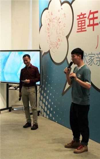 开幕式特邀主持CCTV新闻联播天气预报主持人冯殊先生(左)