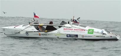 本报综合 俄罗斯62岁冒险家费奥多尔·科纽霍夫日前完成一项壮举:独自划皮划艇横渡太平洋,历时160天,创造了单人划船横渡太平洋时间最短的世界纪录,普京亲自致电祝贺。