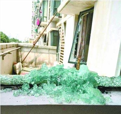 202室内玻璃窗被震垮。