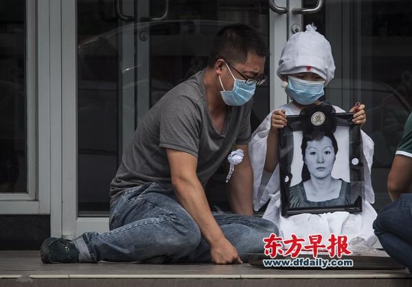 5月28日,37岁的年轻母亲吴硕艳在麦当劳用餐时遭到6个男女的殴打