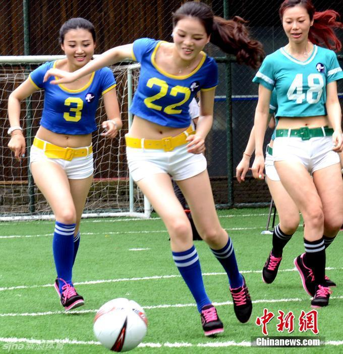 足球美女_三个在大草原上的美女足球宝贝_美女壁纸55