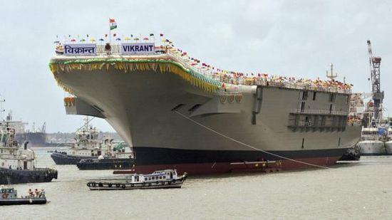 """印度首艘国产航母""""维克兰特""""号于2013年8月下水,但由于经费和资源短缺,其建造目前几乎处于停滞状态。图片来源:美联社"""