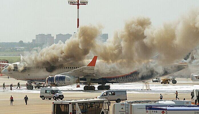 俄罗斯一架客机在机场着火损毁 未造成人员伤亡(组图)图片