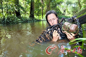 编织篮子在河里捕捉鱼。