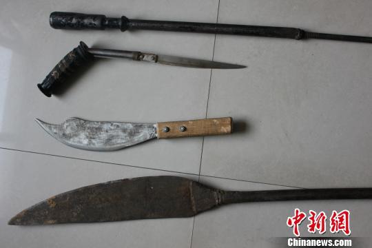 警方查获犯罪嫌疑人制造枪药的工具。 王惠琳 摄