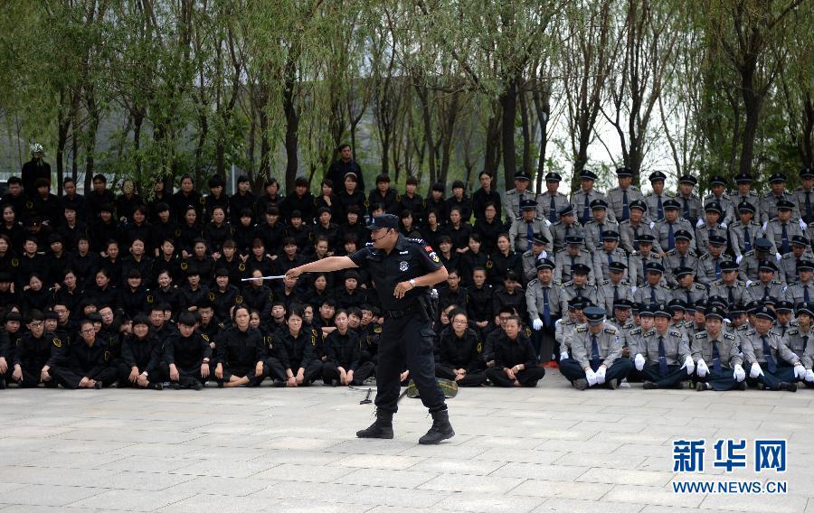 沈阳警方教地铁安检员等如何使用警棍、催泪喷