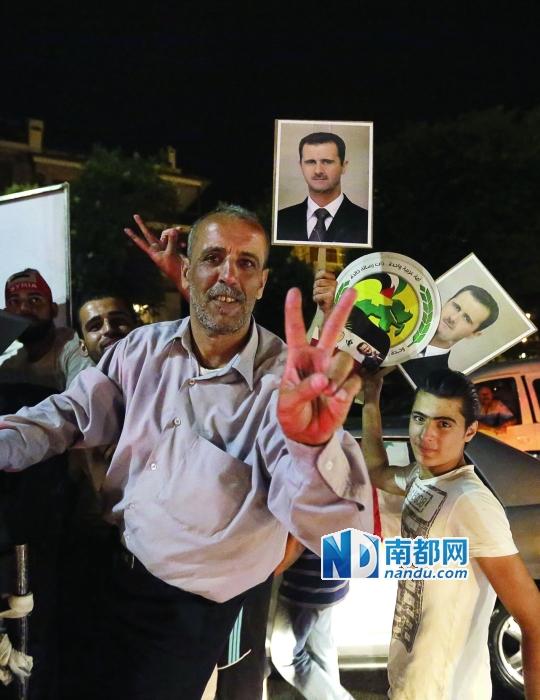 昨日,叙利亚首都大马士革,巴沙尔・阿萨德的支持者在街头庆祝他赢得大选。