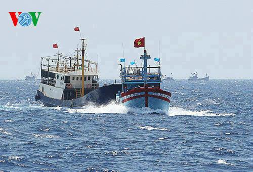 根廷击沉中国渔船_资料图:越方视频资料,中国渔船撞击越南渔船.