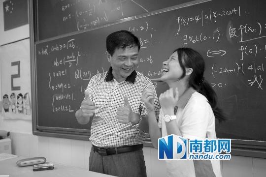 老师讲完高考前最后一课退休与学生一起扔试卷-搜狐新闻
