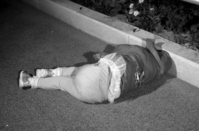 被摔女童_一名6岁女孩被推出车外,重重地摔在马路边上.