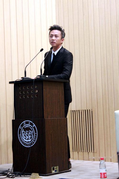邓超现身上海同济大学