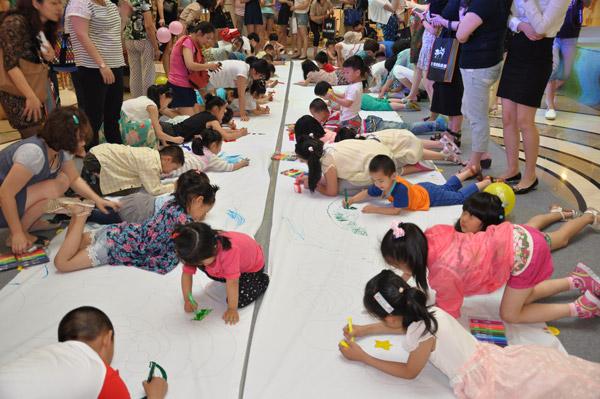 """""""邻瑞""""大型少儿手绘百米长卷,吸引苏州市近千名少儿参与."""