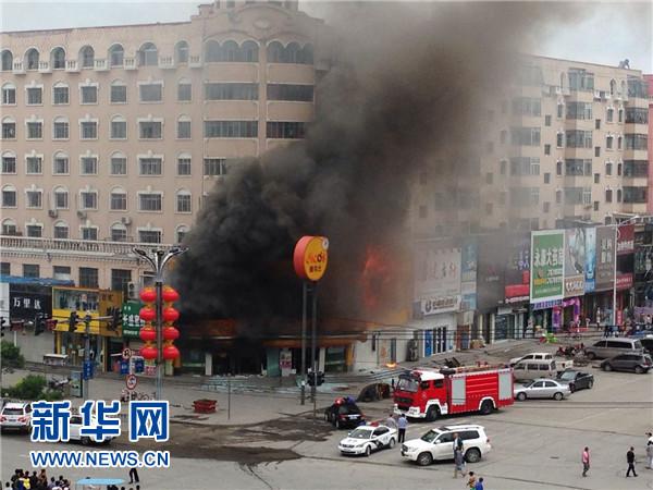 这是6月8日拍摄的爆炸现场。据黑龙江省安达市委宣传部消息,8日9时34分,安达市正阳四道街的一家德克士快餐店发生爆炸案件,造成2名警察受伤。目前受伤警察已被送往医院救治。新华社发