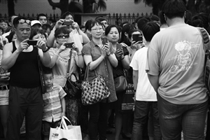 昨天下午,宁波李惠利中学考点的考生走出考场,家长们纷纷掏出手机记录这一刻 记者 张培坚 摄