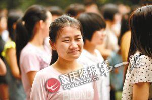 九龙坡电厂中学毕业典礼上,一位女生含泪微笑告别自己的高中时代.图片