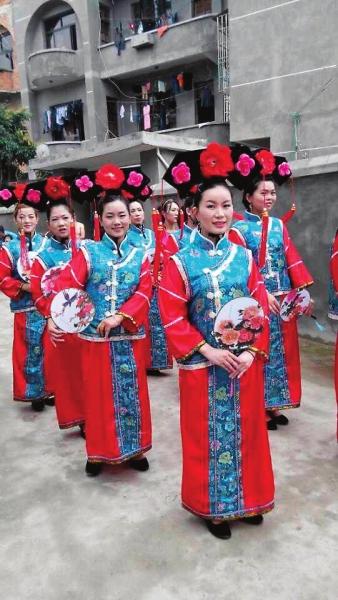 """后面跟着化了妆的十个""""格格"""",穿着清朝的格格服,还有众多旗袍美女"""