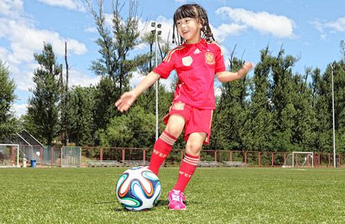 森蝶变女足队员草坪踢球 女汉子开启奔跑模式