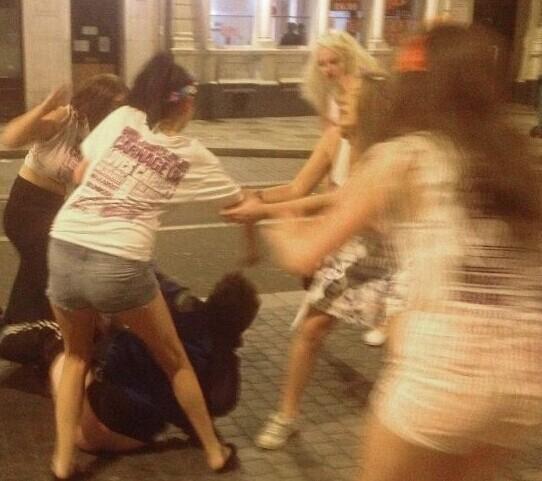 四名金发美女穿短裙街头撒泼