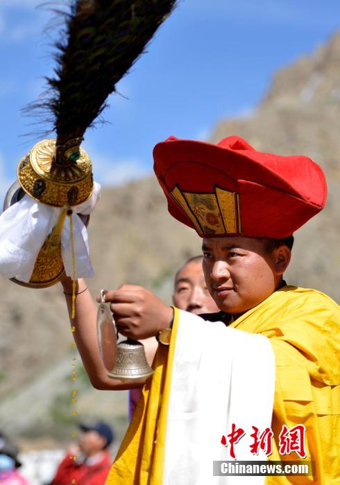 西藏噶玛噶举派祖寺楚布寺举行展佛仪式