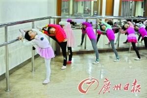 舞蹈是热门的培训项目。记者卢政摄