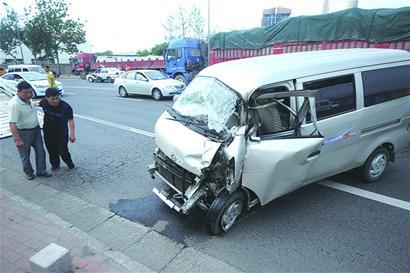 女司机逆行疾驰撞大货受伤严重