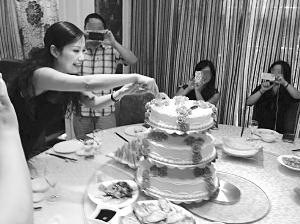 陈惠君在其生日宴会上切蛋糕。