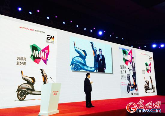6月10日,爱玛科技常务副总裁高辉在现场解说MINI新品电机控制技术光明图片