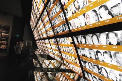 6月11日,民众在侵华日军南京大屠杀遇难同胞纪念馆内参观幸存者照片。中国将为南京大屠杀和日军强征慰安妇文献档案申报世界记忆名录。