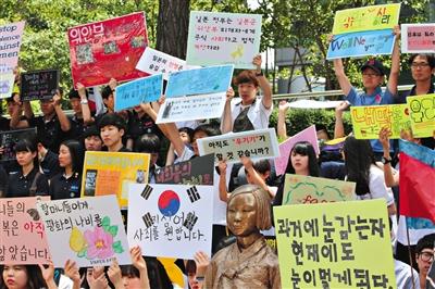 6月4日,韩国首尔,韩国慰安妇和民众在日本驻韩大使馆门前集会,要求日本政府承认并解决慰安妇问题。