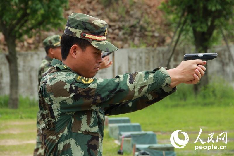 边防官兵进行实弹射击。赵雷 摄