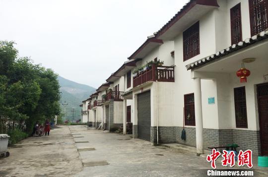 """图为重庆市南川区马堡山的高山生态扶贫搬迁安置点,一栋栋""""小洋楼""""一字排开。 张瀚祥 摄"""