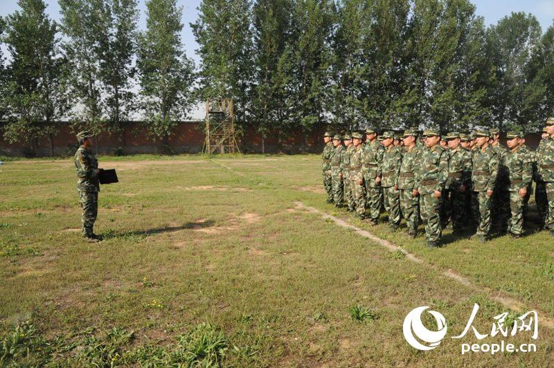官兵对手枪进行实弹射击训练。